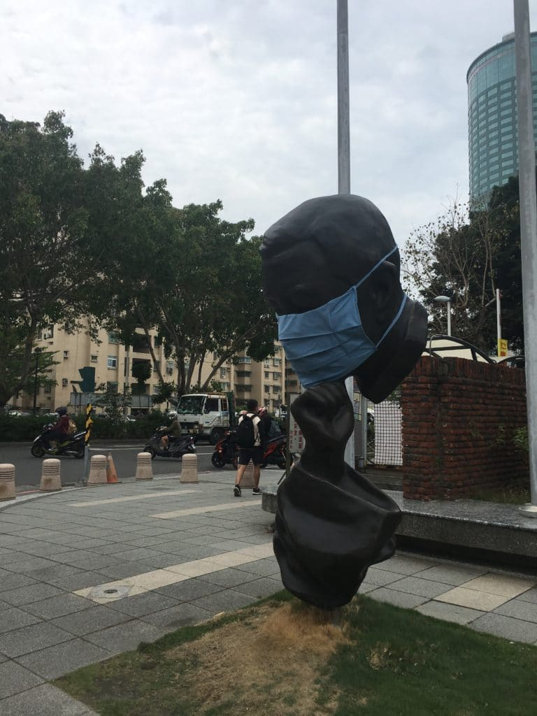 Taiwan tainan NCKU Cheng Kung University statue masquée
